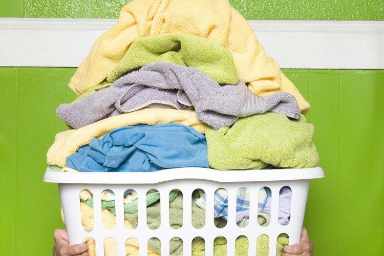 Organiza la ropa limpia y seca  en el planchador.