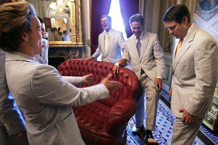 Los miembros del Senado de los Estados Unidos celebran el jueves de traje de lino.