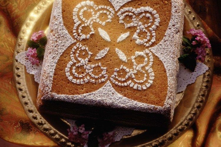 Usa azúcar en polvo para decorar tu bizcocho.