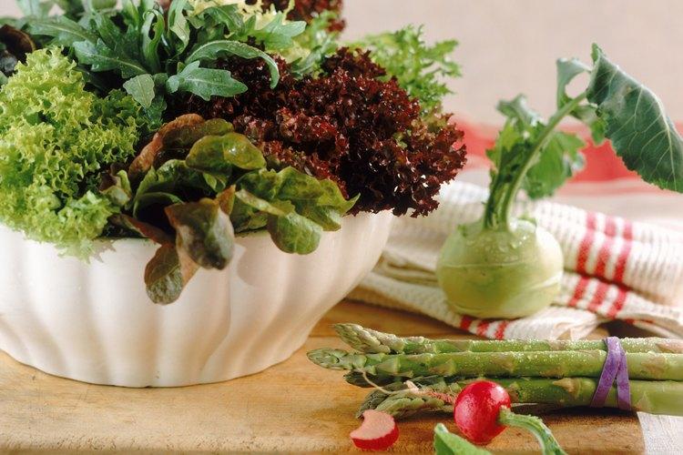 Una ensalada puede incorporar hojas de muchas plantas.