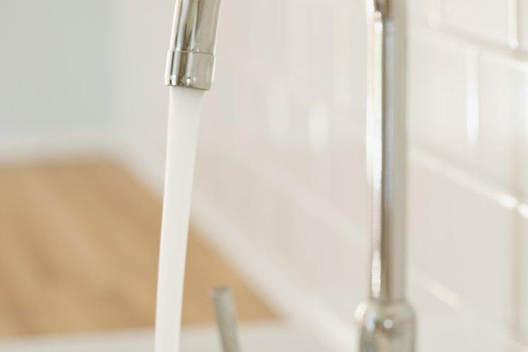 Instala tu propia bomba de agua usando las herramientas que tienes en tu hogar.