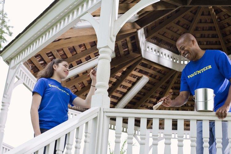 Los líderes de recreación dirigen varias actividades recreativas.