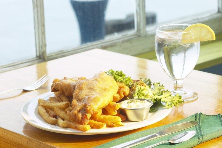 Un plato favorito es el pescado con patatas fritas.