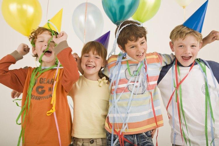 Los niños disfrutan obtener regalos de las fiestas de cumpleaños.