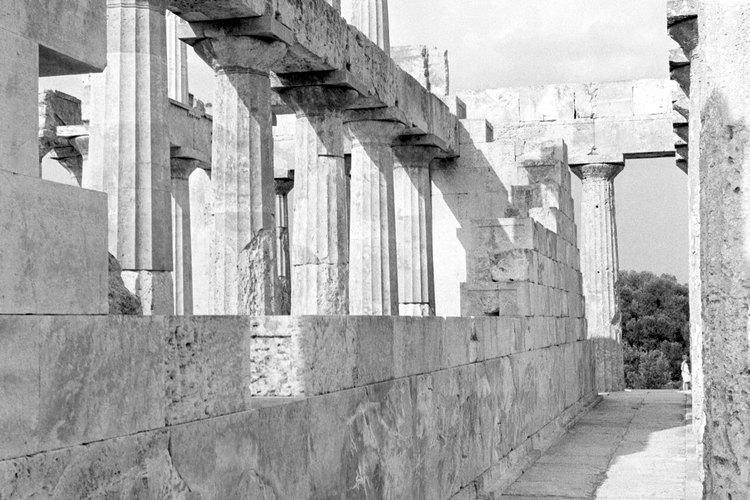 Ambos tipos de  arquitectura, la griega y la romana, compartieron algunas similitudes, como el uso de columnas.