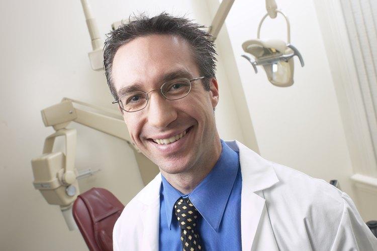 Los ortodoncistas son dentistas que enderezan los dientes usando aparatos u otros dispositivos.
