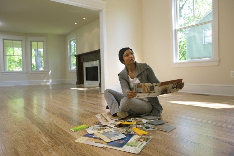 Decídete por colores complementarios o análogos para una sala de estar de dos tonos.