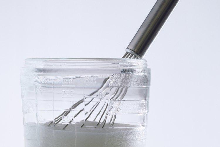El crémor tártaro ayuda a dar volumen a las claras de huevo batidas.