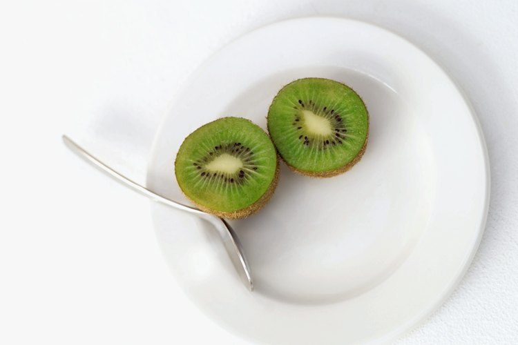Rebanadas de fruta de kiwi en un plato.