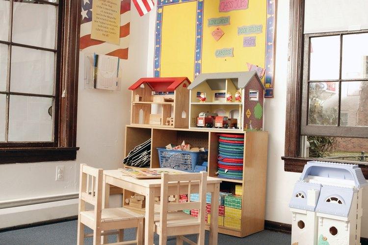Los juegos mantienen a los niños en movimiento en su nuevo salón de clases.