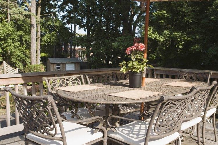 Los cerramientos para el patio en tela están disponibles en una variedad de estilos y formatos, incluyendo los toldos retráctiles, los parasoles y las carpas para exteriores.