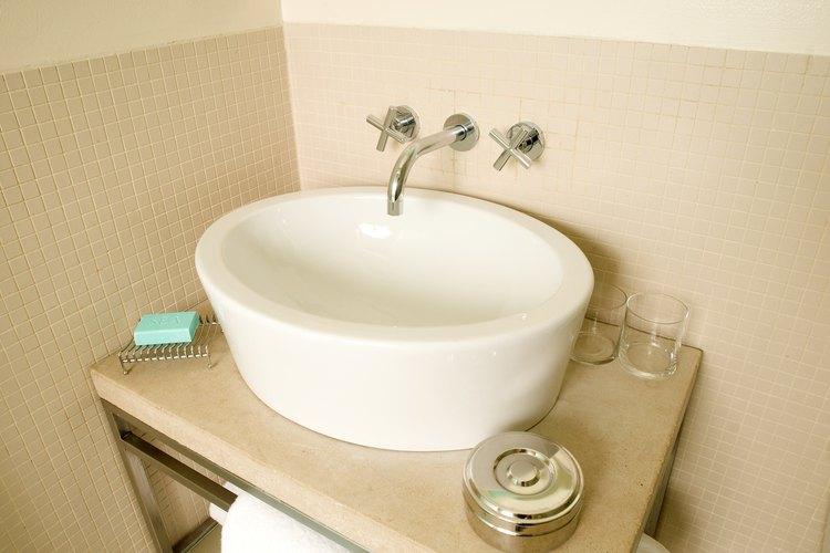 Cómo tratar los lavabos de cristal para no mancharlos con el agua.