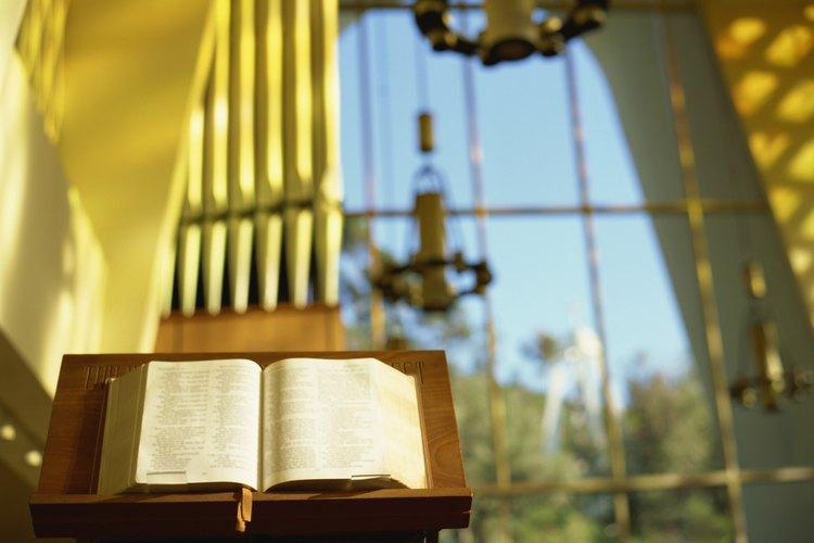 El estrado de la Biblia, o atril, sostiene la Biblia para los sermones y lecciones.