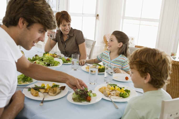 Alimenta a tus hijos con las porciones correctas para asegurarte de que se terminan la comida en sus platos.
