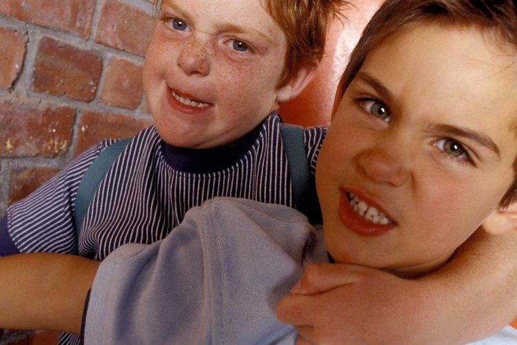 Enseña a tu hijo a compartir y cooperar con otros para evitar la agresión.