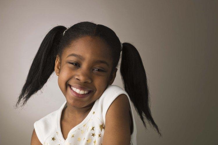 Una simple sonrisa es una forma en la que tu hijo puede promover la paz.