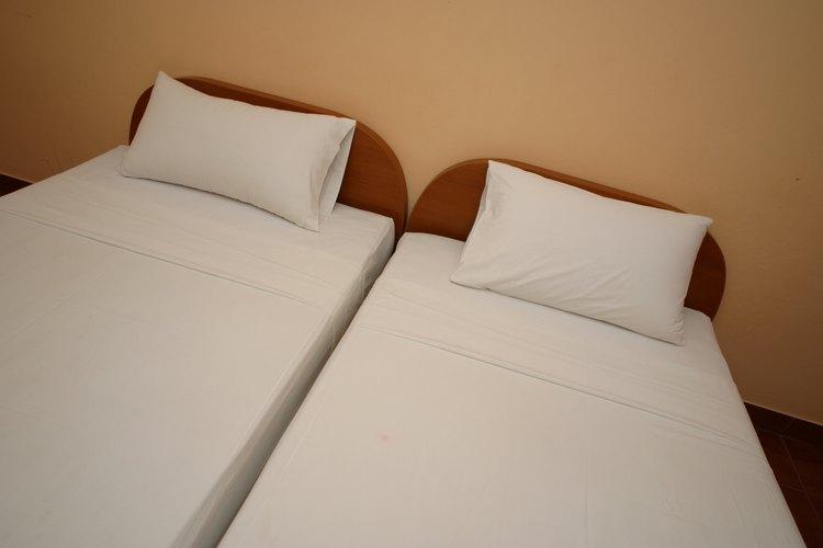 Remueve las manchas amarillas en las sábanas blancas cuidadosamente.