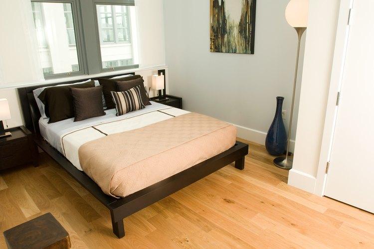 Los tonos más claros y fríos ayudan a ampliar visualmente un dormitorio pequeño.