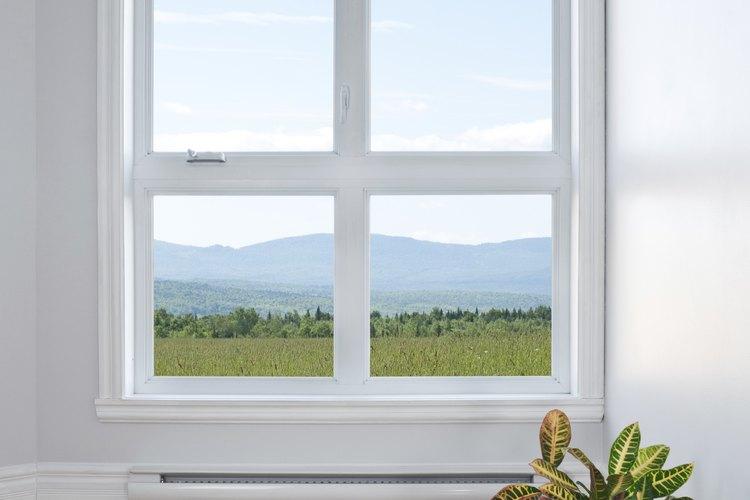 Las ventanas de doble panel se empañan y ensucian en medio de los cristales.