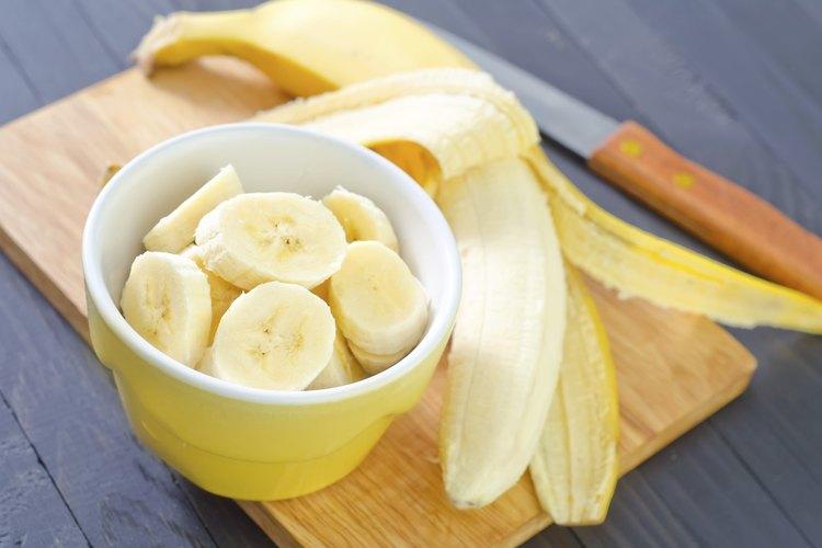 Rebanadas de plátano fresco.
