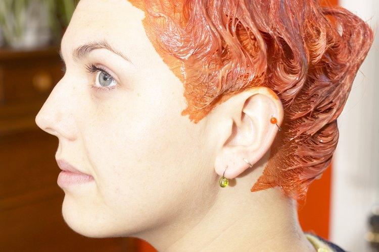 Si su cabello es castaño oscuro o negro antes de este color rojizo naranja, el tinte permanente tal vez sea su única opción.