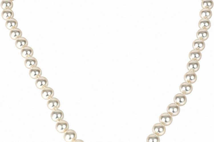 Las perlas normalmente se taladran parcialmente para anillos y aros o completamente para los collares.
