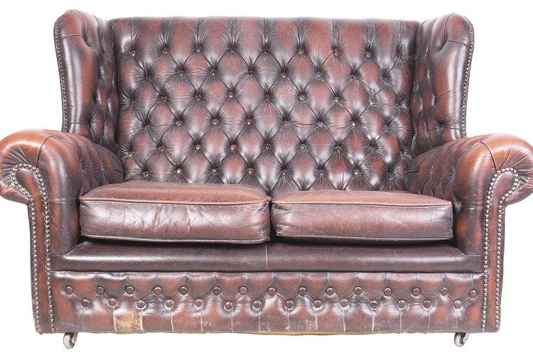 El sillón refuerza el estilo de la habitación.