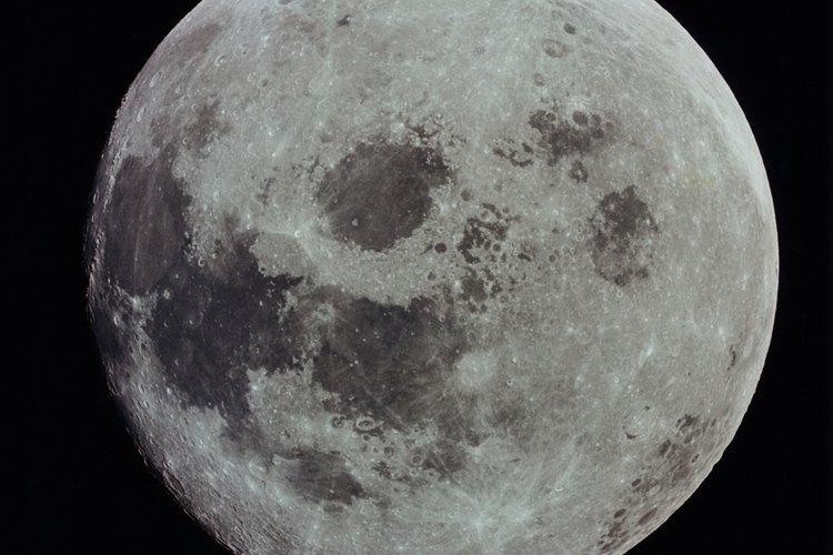 La luna es un satélite natural que orbita a la Tierra.