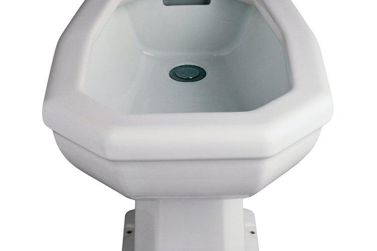 Un bidet, sin embargo, lava efectivamente las heces y la orina dirigiendo una corriente de agua a presión en el área perineal del usuario.