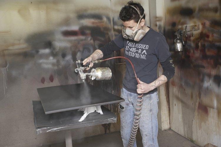 Utiliza un contenedor a presión de un cuarto de galón (0,95 l) para rociar el barniz rebajado.