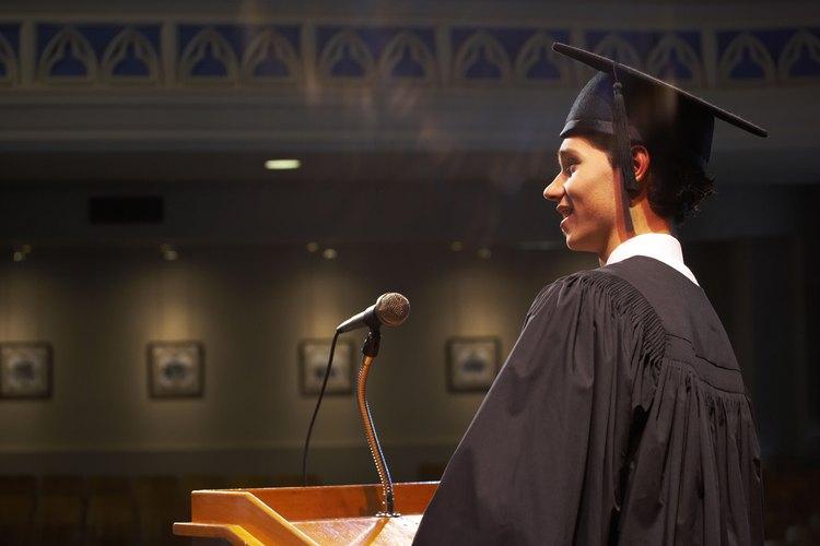 Un graduado universitario masculino habla en un podio.
