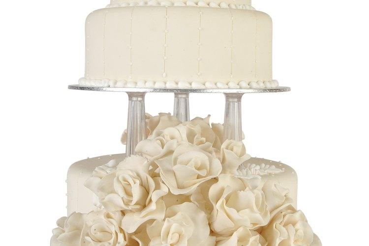Aunque las rosas son las formas de flores más populares, puedes formar cualquier flor con fondant.