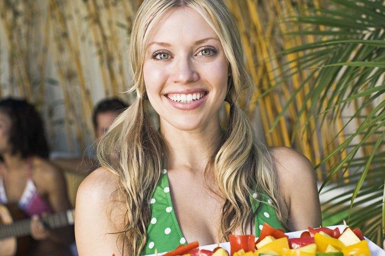 La fruta fresca cortada es un refrigerio saludable.