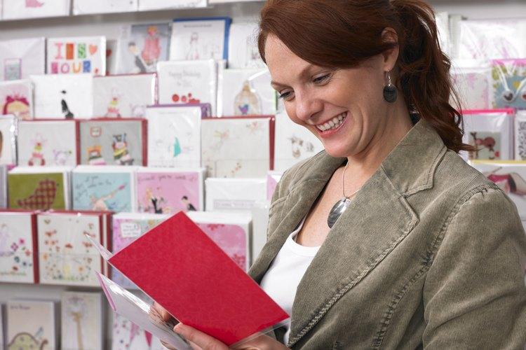 Mujer mirando tarjetas
