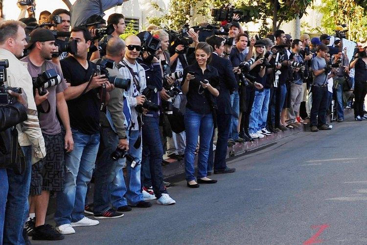 Los paparazzi esperan la llegada de una celebridad.
