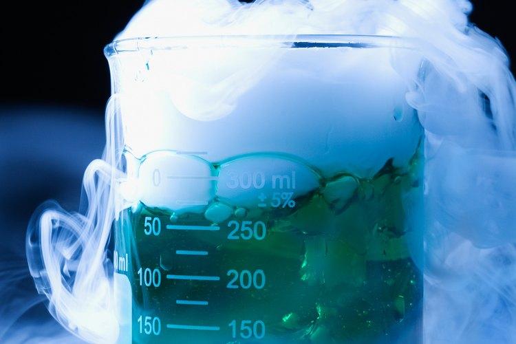 El hielo seco se puede añadir a los líquidos para crear un burbujeo de niebla.