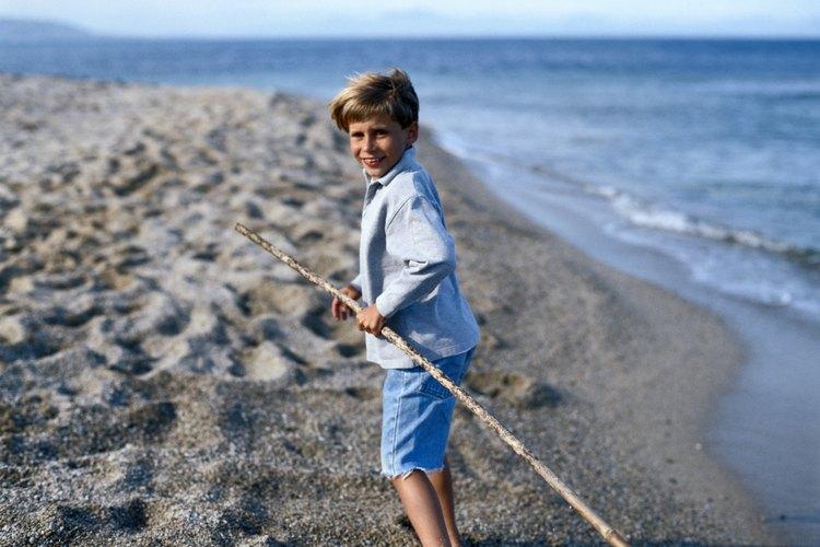 Un niño ha encontrado una vara para hacerse un caballo de palo.