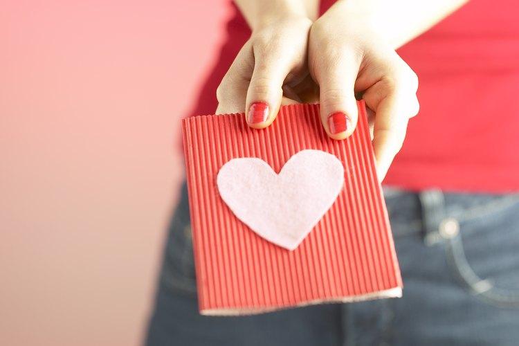 Mujer sosteniendo una tarjeta de amor