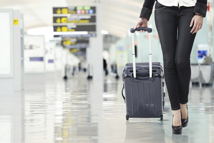 Los asociados de servicio de cliente de aeropuertos trabajan para proporcionar las operaciones aeroportuarias sin problemas.