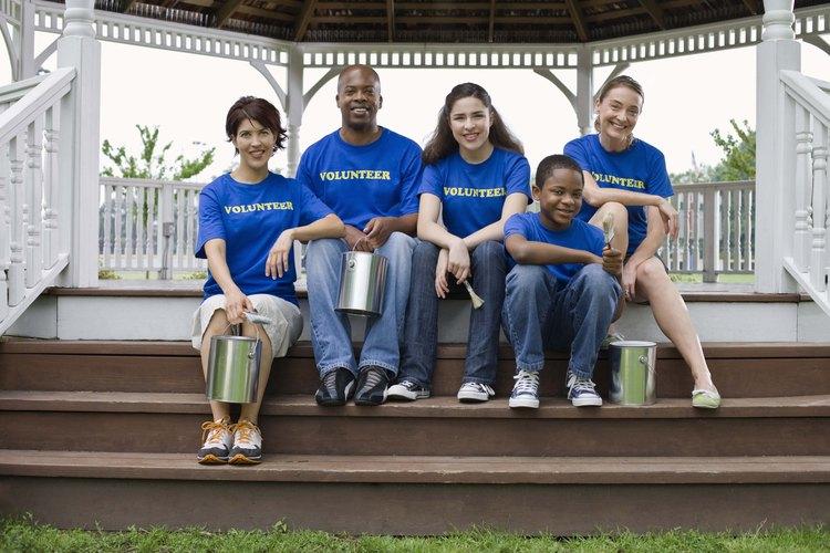 Una organización que es socialmente responsable puede pedirle a sus empleados que se ofrezcan como voluntarios.