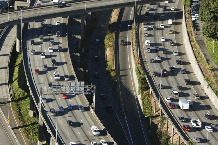 Los ingenieros civiles ayudan a diseñar rutas y puentes.