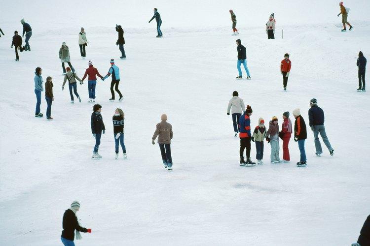 Viste ropa abrigadora para patinar al aire libre.