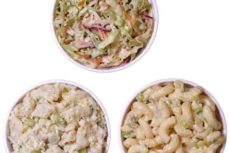 La ensalada de papas es una guarnición que puede hacerse con anticipación y refrigerarse.