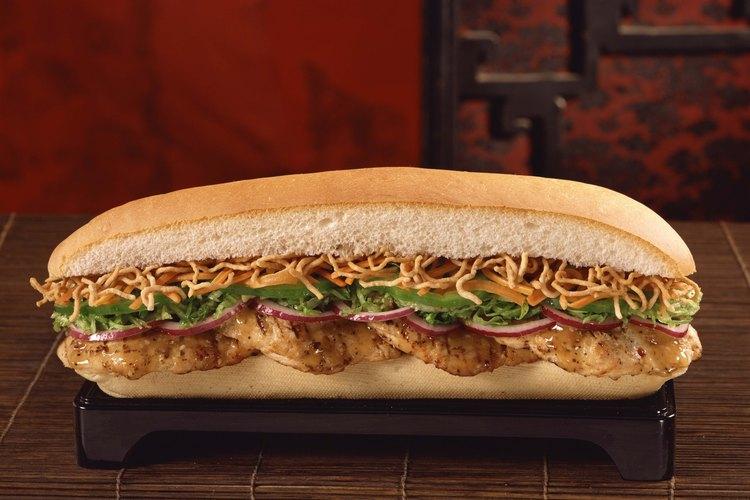 Agrega tus panes y cubiertas preferidas para crear un delicioso sandwich de pollo a la parrilla.
