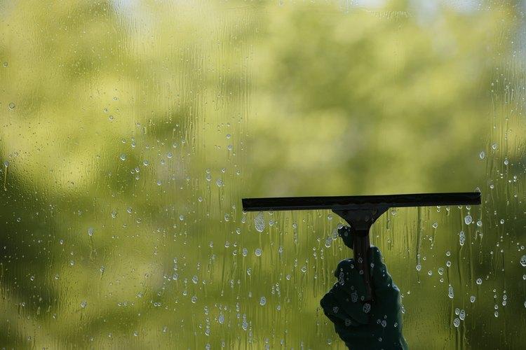 Mezcla vinagre y agua para hacer una solución limpiadora para ventanas.