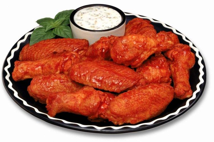 """Las alas de pollo son tentadoras, pero las """"kickers"""" (pechugas de pollo cortadas en dados con salsa) tienen menos calorías."""
