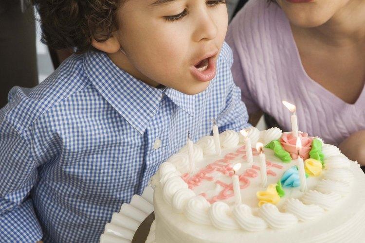 Escribe un mensaje de cumpleaños en una torta para alguien que quieras.