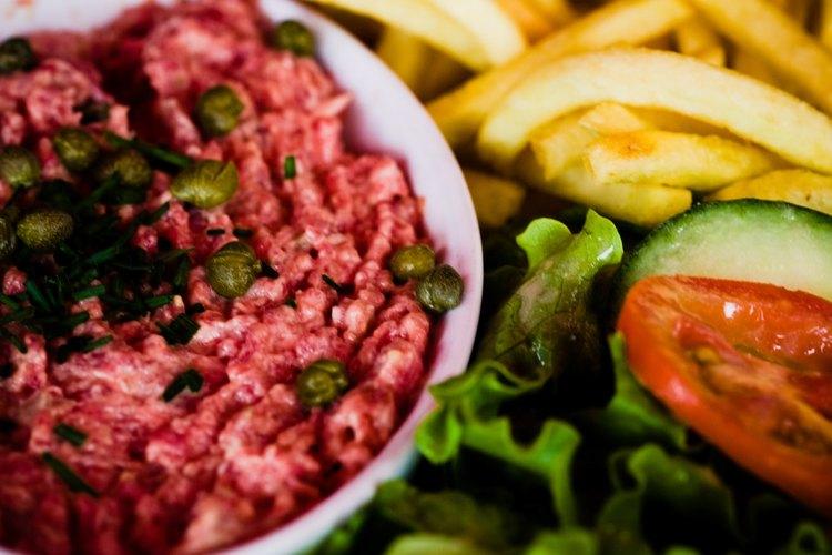 La carne tártara es un platillo de carne cruda que a menudo se sirve como entrada.
