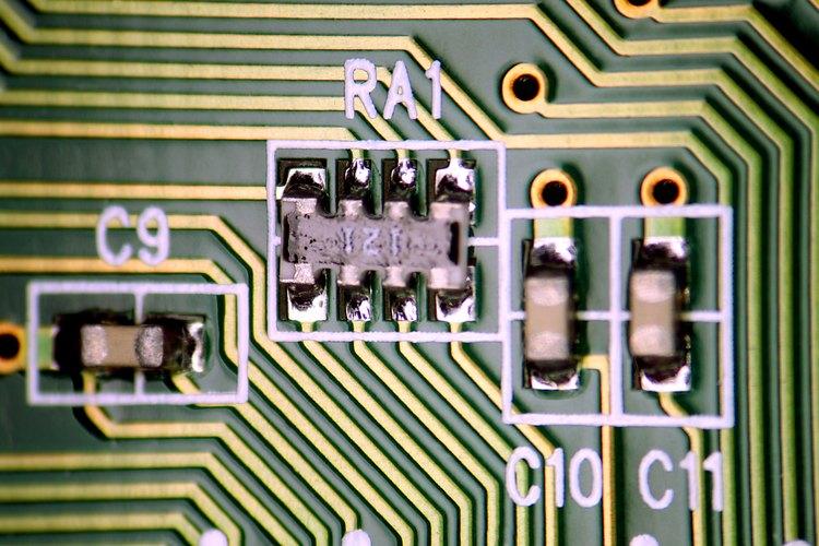 La soldadura se hace para instalar componentes en una PCB y desoldar para quitarlos de la tabla.