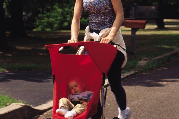 Cuando sea seguro, coloca a tu bebé en un carrito para trotar y sal al parque.